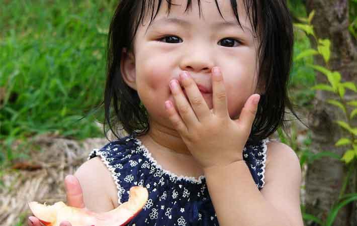 桃を食べる少女